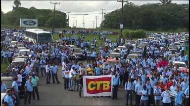 Funcionários da Ford fazem paralisação na manhã desta sexta (7) - Centenas de trabalhadores se concentraram na porta da fábrica de Camaçari; veja.