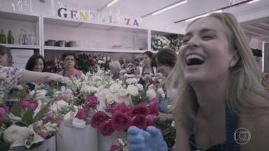 Angélica participa de um projeto que reaproveita flores que seriam descartadas - Projeto de São Paulo visa evitar o desperdício das flores