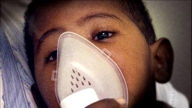Saiba quando a bronquiolite é preocupante - A pediatra Ana Escobar ressalta que precisamos ficar atentados à oxigenação das crianças, porque pode evoluir para uma insuficiência respiratória.