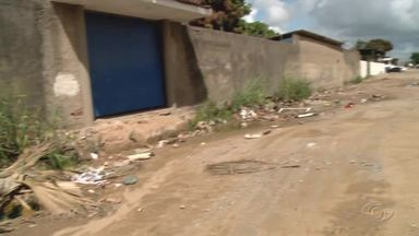 Descarte irregular de lixo realizado por empresa prejudica moradores no Clima Bom - Problema tem causado transtornos.