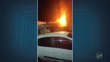 Incêndio em loja de salgados assusta moradores do Jardim Amanda I, em Hortolândia - O fogo começou por volta das 21h e ninguém ficou ferido. Ainda não se sabe as causas do incêndio.