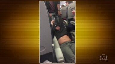 Vídeo de passageiro retirado à força de avião nos EUA gera comoção - O voo que iria de Chicago para Louisville estava superlotado. A companhia aérea United Airlines queria acomodar 4 funcionários que precisavam viajar. Como ninguém se ofereceu, a empresa decidiu quem ia sair. Um passageiro se recusou e foi arrastado.