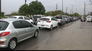 Chuva complica trânsito e deixa ruas alagadas em João Pessoa - Segundo a AESA, a previsão é de mais chuva para esta terça-feira.
