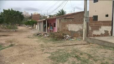 Moradores cobram calçamento para evitar alagamentos em rua de Campina Grande - Problemas aumentam quando chove; rua no bairro de Bodocongó 3 fica intransitável.