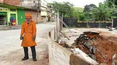 Zé do Bairro visita a Vila Elmira, em Barra Mansa, RJ - Uma ponte foi parcialmente destruída depois de um temporal em 2016.