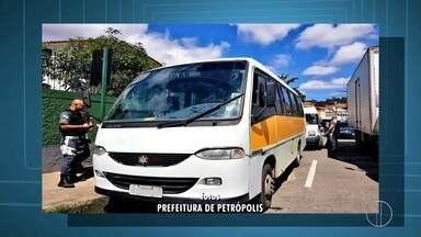 Micro-ônibus são rebocados por realizar transporte irregular de crianças em Petrópolis - Confira a seguir.