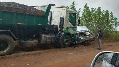 Dois ficam feridos após colisão entre caminhão e carro em Franca, SP - Motorista e passageiro do carro foram socorridos para a Santa Casa da cidade com ferimentos leves.