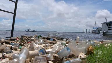 Acúmulo de lixo às margens do rio prejudica vida de moradores em Santarém - Lixo é descartado em vias públicas e rios da região de forma incorreta. Esse problema pode causar além do desconforto visual, problemas a saúde.