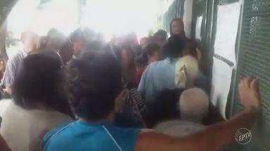 Moradores enfrentam fila para agendamento de consultas no Parque Floresta II, em Campinas - Algumas pessoas chegaram na fila ainda durante a madrugada para garantir lugar.