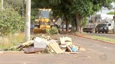 Prefeitura faz limpeza em avenida de bairro de Campo Grande - Após reclamação de moradores, boa parte dos galhos e do lixo foi retirada. Equipe da prefeitura trabalha no local.