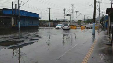 Chuva ocasiona alagamento de vias e prejudica trânsito em São Vicente - Prefeitura disse que tem projeto de macrodrenagem, mas depende de verba.
