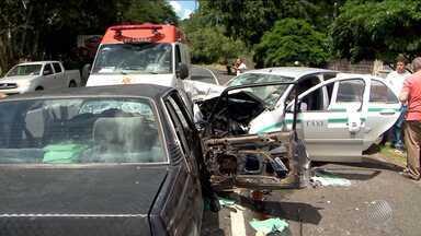 Dois carros colidem na BR-415 e um dos ocupantes fica preso nas ferragens - Acidente aconteceu na região da BR-415, entre Itabuna e Ilhéus.