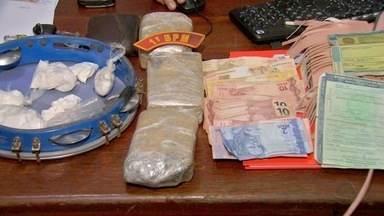 Três pessoas são presas com drogas dentro de táxi - Três pessoas são presas com drogas dentro de táxi.
