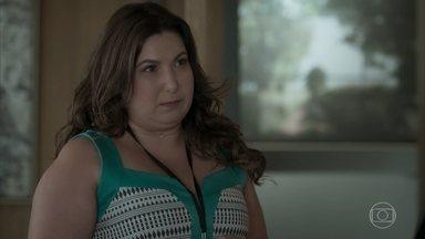 Abigail dá recado de Irene para Eugênio - O patrão pede para secretária confirmar a reunião com a moça