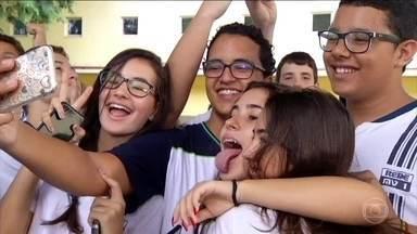 Epidemia de selfies aumenta incidência de piolhos na população - Os adolescentes e as selfies são amigos inseparáveis. E não basta estar junto, tem que encostar a cabeça no amigo. O problema é o piolho, um convidado indesejado, pode estar apenas esperando essa oportunidade para se proliferar.