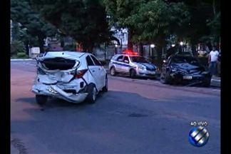 Carro se envolve em acidente na Rua dos Mundurucus, em Belém - Acidente aconteceu na madrugada desta quinta-feira, 20.
