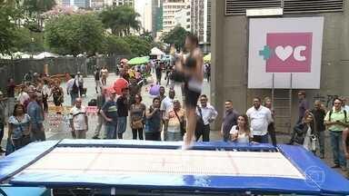 Carlos Ramirez ensina técnicas de trampolim para a galera das ruas - Talitha Morete experimenta o equipamento e diz que os movimentos são muito difíceis