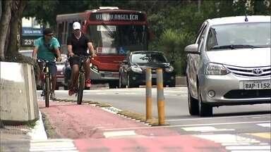 Ciclistas reclamam de mudanças nas ciclovias de São Paulo - Tem ciclista que não conseguiu relaxar no passeio durante o feriado. A prefeitura disse que vai trocar ciclovias e ciclofaixas por ciclorrotas, onde o espaço é compartilhado com os veículos.