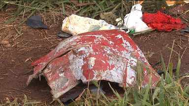 Pai, mãe e filho de dezesseis anos morrem em acidente na BR-163, no oeste do Paraná - A família seguia em direção à Corbélia. Durante uma tentativa de ultrapassagem, o carro bateu de frente com um caminhão.