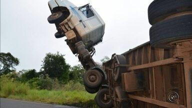 Cabine de carreta fica pendurada após veículo tombar em vicinal de Tupã - Uma carreta carregada com bagaço de cana-de-açúcar tombou na vicinal que liga Tupã ao distrito de Varpa, na manhã desta sexta-feira (21).