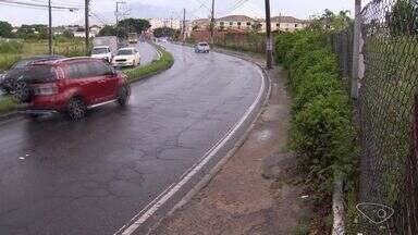 Calçada irregular faz prefeitura da Serra acionar a Justiça após reclamação de moradores - A prefeitura da Serra deu 6 meses para o dono do terreno limpar e consertar a calçada. O prazo terminou em fevereiro e até agora nada.