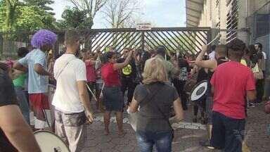 Servidores de Cubatão realizam novo protesto e se reúnem com prefeito - Greve da categoria já dura 24 dias. Movimento ganhou o apoio de pais e alunos da rede pública.
