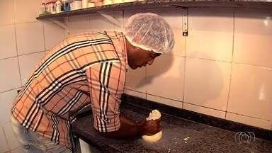Zagueiro da Aparecidense se divide entre a bola e a produção de queijos - Robston, de 29 anos, é paulista, mas se apaixonou pela roça por causa da família da esposa. Além de produzir, ele também ajuda a vender queijos.