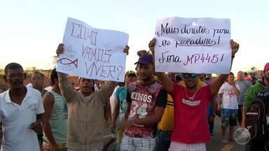 Pescadores do extremo sul protestam contra proibição de pesca de 450 espécies - Comerciantes também participaram da manifestação, que interditou a BR-101, no trecho de Nova Viçosa.