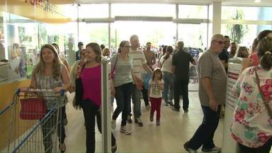 Brasileiros aproveitam o feriado para fazer compras no Paraguai - Teve engarrafamento na BR-163. Motoristas levaram duas horas para fazer percurso de 30 km entre Guaíra e Salto Del Guairá.