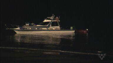 Lancha naufraga e três pessoas são resgatadas em Santos - Tripulante e casal de passageiros não sofreram ferimentos.