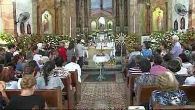 Admiradores prestam homenagem no velório de mosenhor Bosco em Caruaru - Religioso morreu nesta quinta-feira (20)