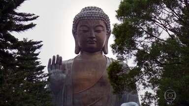 Estátua do Buda Gigante, no alto de montanha, é orgulho de Hong Kong - Imagem tem 34 metros de altura é preciso subir 220 degraus para visitar. Teleférico com fundo transparente permite visão única de Hong Kong.