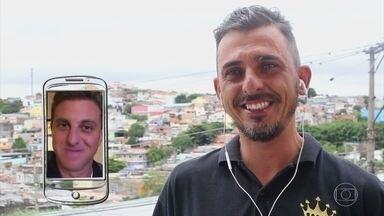 Agostinho procura melhorar projeto social no Agora ou Nunca - Ele ajuda pessoas pobres com ônibus barbearia