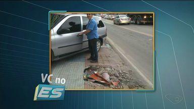 Pedestres e comerciantes reclamam de buraco aberto em calçada, em Cachoeiro - Segundo os comerciantes, ele foi aberto para reparo na rede de drenagem, mas não foi fechado.
