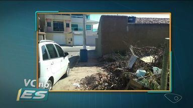 Moradores de Itapemirim, ES, reclamam de terreno usado como depósito de lixo - Segundo eles, o depósito atrai mosquitos e insetos.