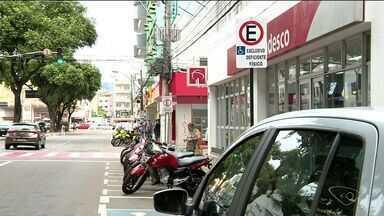 Em Colatina, triplicam as multas a motoristas que param em vagas de idosos ou deficientes - Prefeitura diz que vai continuar fiscalizando os motoristas que não respeitam as vagas especiais.