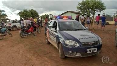 Polícia identifica suspeito de participar de chacina no MT - A polícia tem quatro suspeitos, um já foi identificado. Todos são da região e teriam sido contratados por fazendeiros do município de Colniza, que fica a mais de mil quilômetros de Cuiabá.