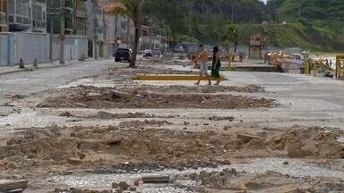 Prainha, em Arraial do Cabo, RJ, continua com entulhos dos quiosques desmontados - Assista a seguir.
