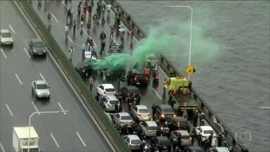 Manifestantes fecham a Ponte Rio-Niterói - Manifestantes bloquearam a Rodovia Niterói-Manilha na altura da Ilha das Flores. Houve também bloqueio na Ponte Rio-Niterói. Um protesto nas barcas, impede a entrada dos passageiros na estação Araribóia.