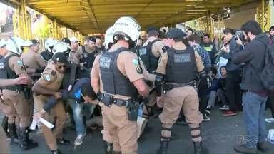 Protestos contra as reformas trabalhista e da Previdência foram registrados em todo o PR - Em Ponta Grossa, manifestantes foram retirados à força do terminal de ônibus.