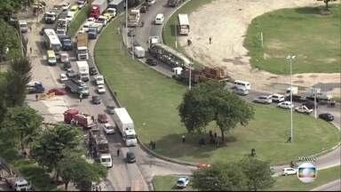 Bandidos mascarados atacam ônibus e caminhão e Rio entra em estágio de atenção - Pelo menos, sete ônibus e um caminhão foram incendiados.