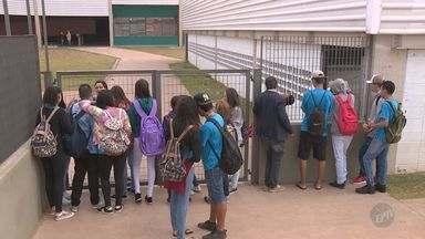 Escola estadual de Paulínia é invadida e vandalizada durante o feriado - Vizinhos viram movimentação no prédio e acionaram a polícia. Salas foram reviradas e armários foram quebrados. Os suspeitos ainda não foram localizados.