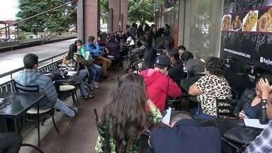 Mais de 200 pessoas fazem fila para tentar emprego em restaurante japonês - Segundo o IBGE, são 14 milhões os desempregados no país e, do total, 336 mil pessoas do DF. Mais de 200 fizeram fila na porta de um restaurante japonês que oferecia três vagas.