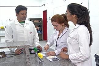 Estudantes de Suzano conquistam prêmio na Feira Brasileira de Ciências e Engenharia - Estudantes do curso de química da Escola Técnica (Etec) de Suzano conquistaram primeiro lugar. Dupla pesquisou uso de substância vegetal para substituir o fenol, um produto tóxico usado em vários segmentos da indústria.