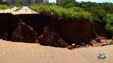 Moradores dizem que erosão triplicou de tamanho no Jardim da Luz, em Aparecida de Goiânia - Casas perto da cratera correm o risco de desabar.