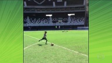 Filho de Montillo cobra falta com categoria em treino do Botafogo - O pai de Valentim se recupera de lesão e não joga pelo Alvinegro contra o Barcelona de Guayaquil.