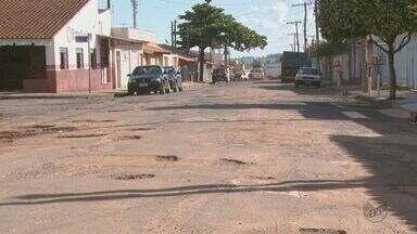 Buracos causam transtornos para motoristas e pedestres em Vargem Grande do Sul, SP - Moradora chegou a quebrar o braço após cair em pedras soltas no asfalto.