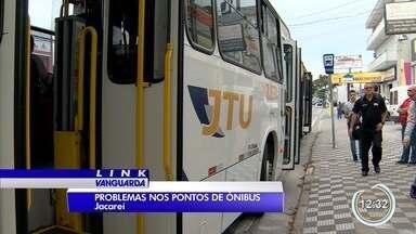 Um dia após aumento da tarifa de ônibus em Jacareí passageiros cobram melhorias - Uma das principais é sobre a falta de estrutura nos abrigos de ônibus.