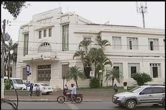 Funcionários do fórum organizam acervo para mudança de prédio em Patos de Minas - Antigo local está fechado até a próxima sexta-feira (5), quando será a inauguração. Obra custou ao Tribunal de Justiça de Minas Gerais (TJMG) R$ 19 milhões.
