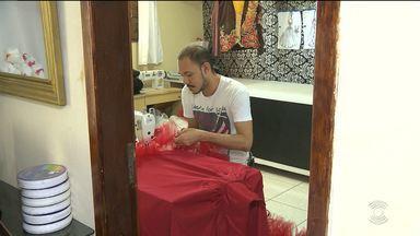 Costureiras fazem plantão para terminar roupas de quadrilhas juninas em Campina Grande - Costureiras conseguem aumentar a renda familiar nesta época.